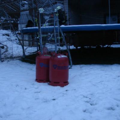 Gasflaschen wurden aus den Gefahrenbereich geborgen.