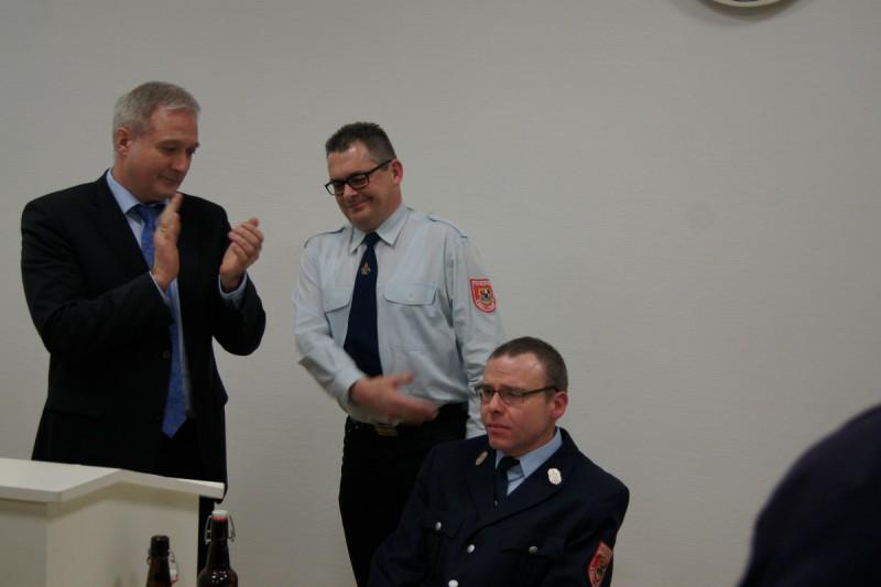 Applaus gab es von Bürgermeister Uwe Raab, dem neuen Kommandanten Roland Zahn für den sichtlich gerührten Werner Schiller