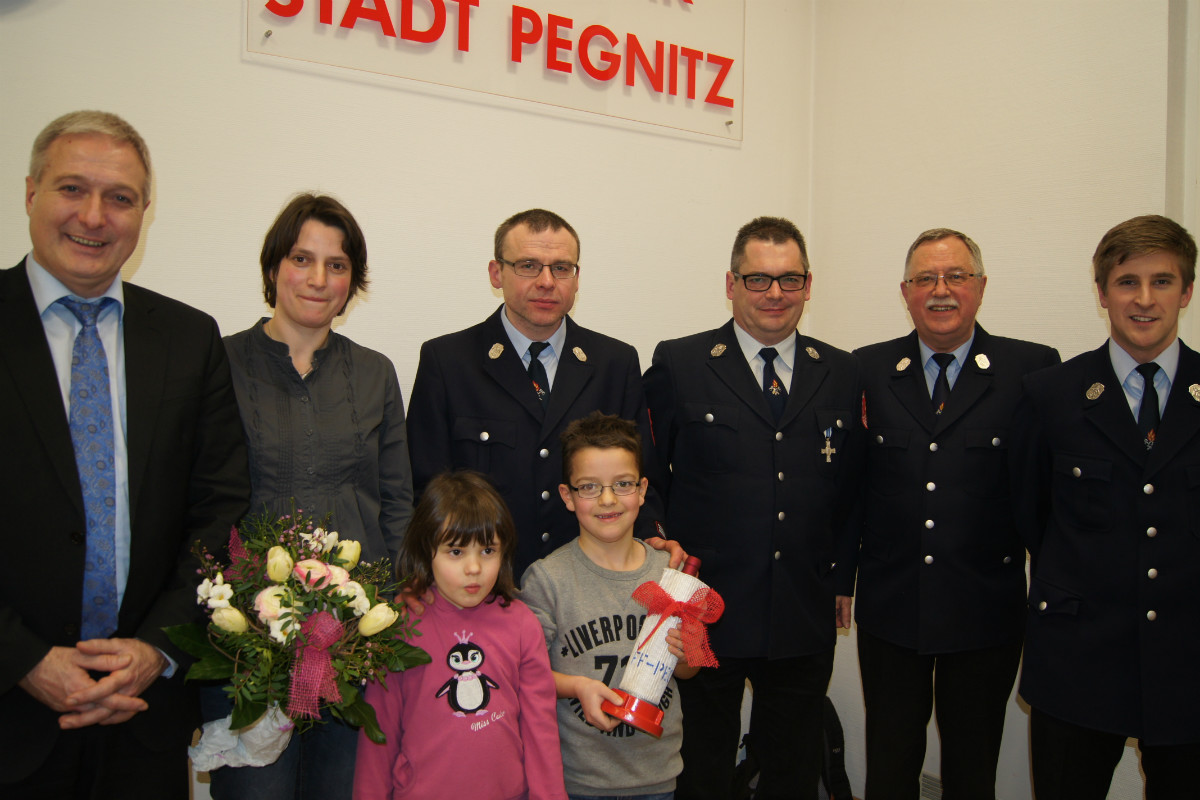 von links: Bürgermeister Uwe Raab, Kerstin und Werner Schiller mit Kindern, der neue Kommandant Roland Zahn, Vorsitzender Helmut Graf und 2. Kommandant Timo Pohl