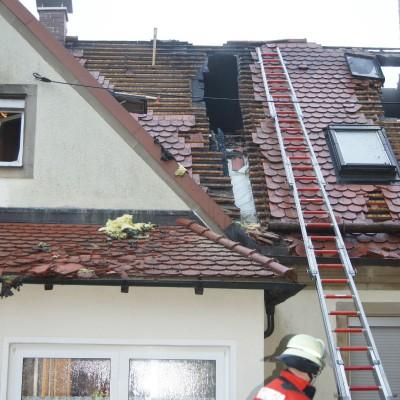 Bis in die Morgenstunden dauerte die Brandbekämpfung. Dachverkleidungen mussten aufwändig entfernt werden, um die letzten Glutnester löschen zu können.